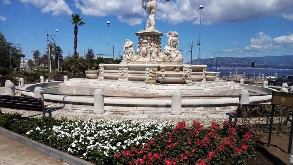 Messina. Riattivata la Fontana del Nettuno, e le aiuole si tingono di verde, bianco e rosso