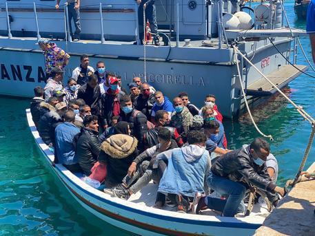 Lampedusa hotspot al collasso dopo gli sbrachi