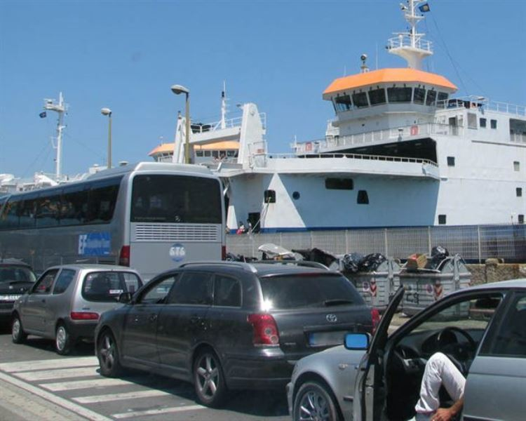 Traghetti dello Stretto, Caronte & Tourist nega agevolazione a medico reggino pendolare a Messina per colpa della coda dei rientri del ...