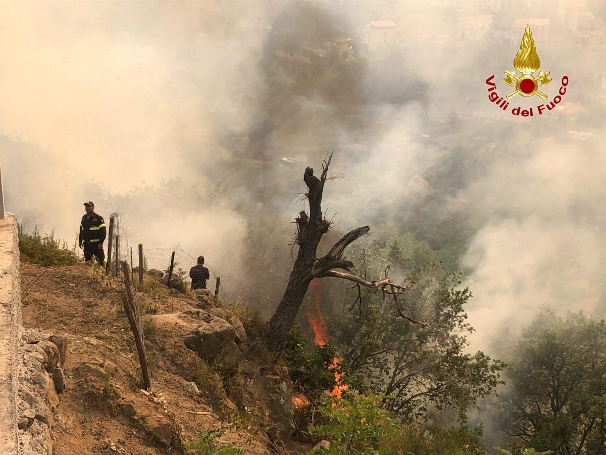 Messina Incendi da Camaro a San Giovannello raddoppiati i turni dei Vigili del Fuoco