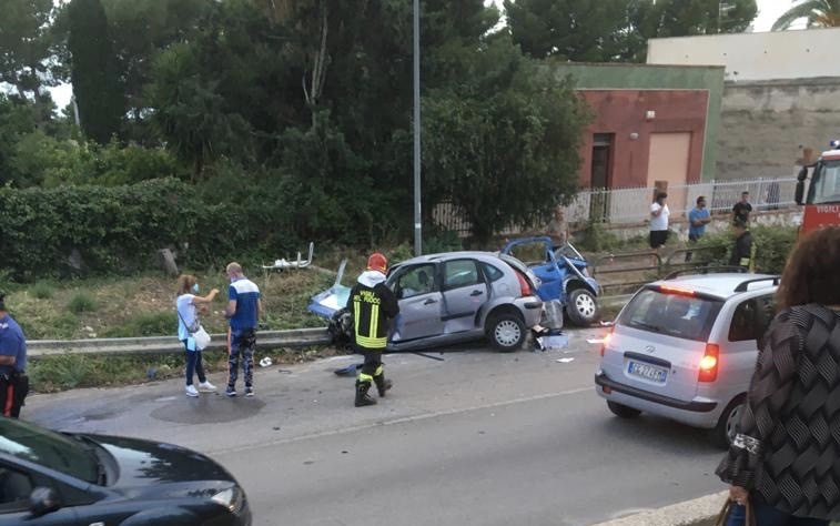 Grave incidente a Trapani, Due auto si schiantano contro il guardrail