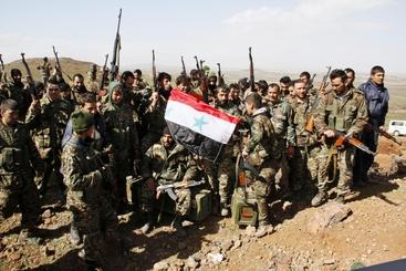 Foto soldati Siria con teste membri Isis