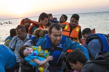 Kos, migranti siriani salgono su nave