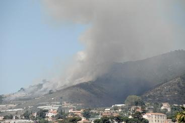 Incendio su alture Sanremo vicino case