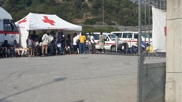 Migranti, 800 in centro Croce rossa