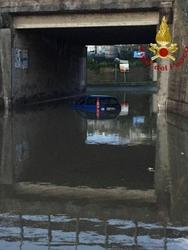 Auto allagata in sottopasso,due su tetto