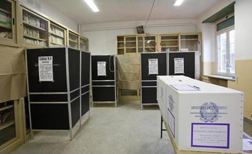 Si vota in E-R e Calabria, aperti seggi