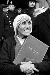 Madre Teresa: papa firma canonizzazione