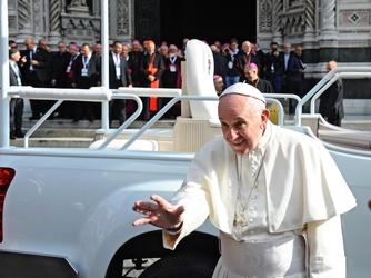 Papa strige la mano a Giangrande, grazie