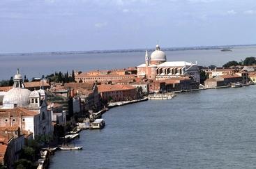 Venezia, incendio in cantiere Giudecca