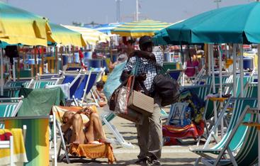 Falsi:venditori abusivi picchiano agenti