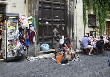 Commercio abusivo, Gdf scopre magazzini