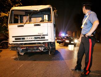 Auto contro camion, muore a 50 anni