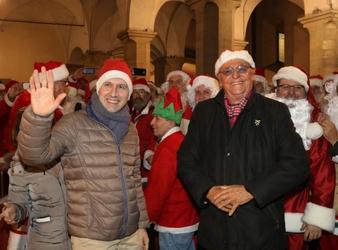 Renzo Arbore 'dirige' coro Babbo Natale