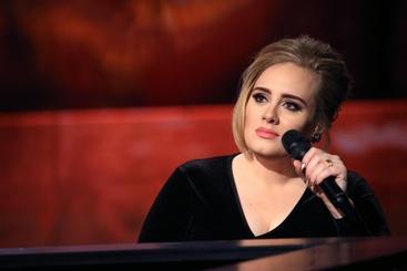 Adele scalda Grammy, concerto intimo