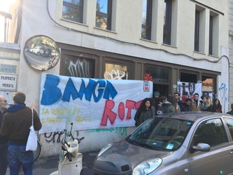 Occupata ex sede Banca Etruria a Bologna
