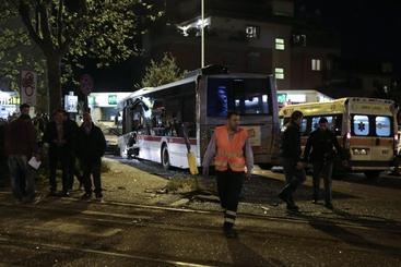 Bus contro semaforo a Roma,nessun ferito