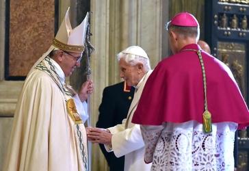 Abbraccio fra il Papa e Ratzinger