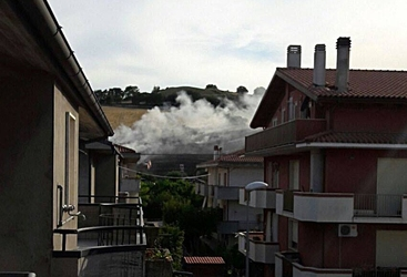 Incendio a Silvi, fiamme vicino case