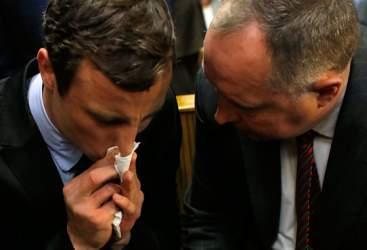 """Pistorius, deposizione tra i singhiozzi: """"Ero nel panico"""""""
