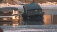 Auto intrappolate nel lago ghiacciato