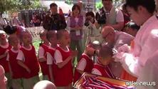 Sfida di calcio tra piccoli monaci buddhisti
