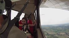 Bimba di 4 anni in volo acrobatico