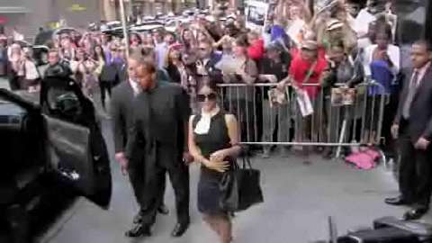 Salma Hayek saluta i fan fuori a New York