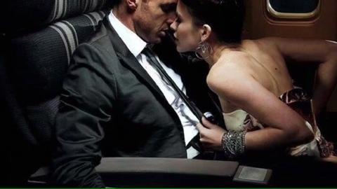 Fanno l'amore nel bagno dell'aereo, lo steward si complimenta con loro