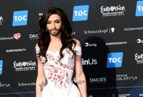 Ecco il vero volto di Conchita Wurst, la drag queen: le foto senza barba