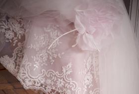 Sandali gioiello, Swarovski e colore: le scarpe da sposa si rinnovano