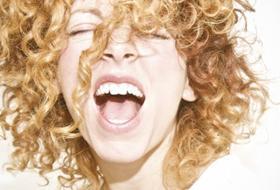 Come sgonfiare i capelli : tutti i metodi per togliere il crespo e lisciarli