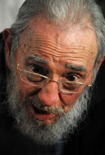 Cuba, Fidel Castro non molla e torna in pubblico: le foto