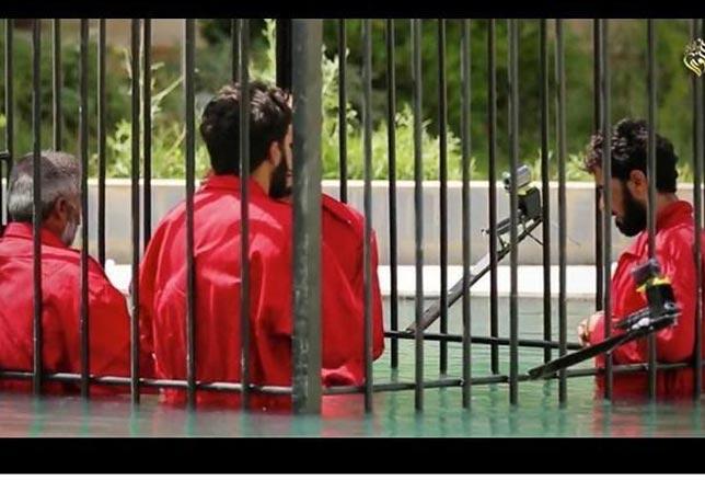 Isis: ostaggi in gabbia per annegarli. Foto