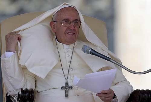 Papa Francesco e le raffiche di vento. Foto