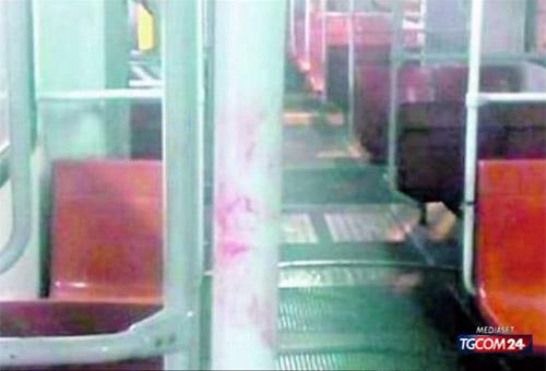 Roma, bus preso a sassate: due feriti. Foto