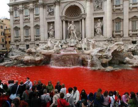 Napoli, le fontane si tingono di rosso