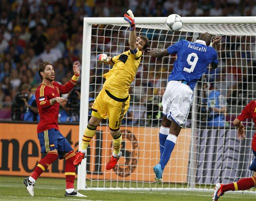 http://img.plug.it/sg/sportuni/upload/cas/0025/casillas-balotelli4.jpg