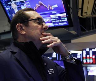 I bancari trascinano la Borsa dopo S&P. Si sgonfia lo spread: giù a 219