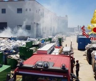 Siracusa. Incendio in un magazzino di materiale plastico: intervenuti i Vigili del Fuoco