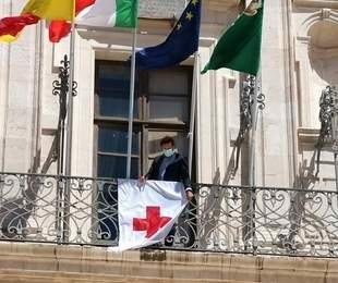Giornata Mondiale Croce Rossa, bandiera esposta sulla facciata di Palazzo Vermexio