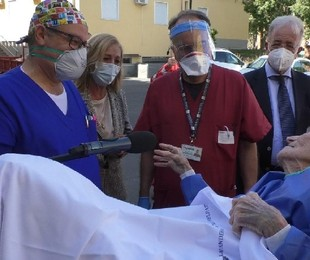 Donna di 97 anni, col virus e il femore rotto. Dimessa
