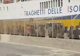arrivo Porto Empedocle 53 migranti saranno trasferiti bordo della Moby Zazà