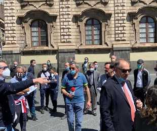 Flash mob in piazza Duomo: 'Partite Iva come soldati in ginocchio'