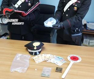 Donna corriere della droga, cocaina e mezzo panetto di hashish negli slip
