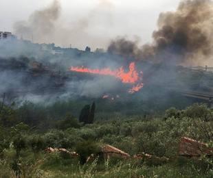 Sicilia, ancora allarme incendi a Messina e Palermo: diversi paesi assediati dalle fiamme, in pericolo decine di famiglie [FOTO LIVE]