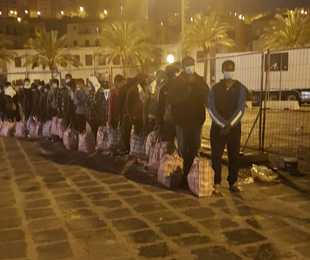 Migranti trasferiti a Porto Empedocle, per i 116 il viaggio continua verso la Toscana