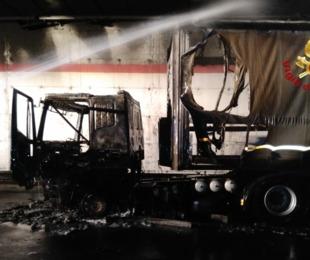 Catania - Autoarticolato distrutto incendio riesce mettersi salvo autista