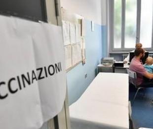 Vaccini e rischio assembramenti 'Lunghe file, impossibile prenotare'