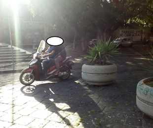 Nell'isola pedonale di piazza Dante sfrecciano gli scooter
